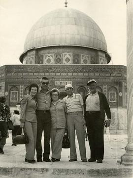[Ben and Esther Dayson with unidentified people in front of the Dome of the Rock]