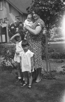 Rachel Morris with her three children Dorothy, Judy and Lillian