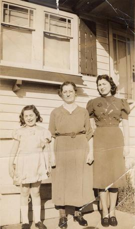 Rosalie (Chava's daughter), Hinda Wosk, and Esther (Chava's daughter)
