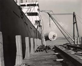 Unloading big tanks from ship